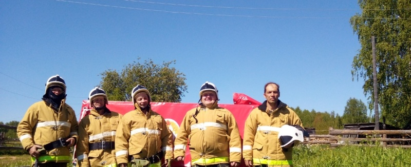 Добровольцы из пожарной команды села Нижний Воч спасли от пожара два дома